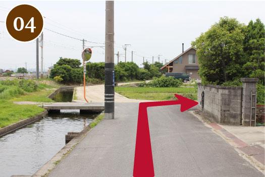 つきあたりを右折。 ※道幅が狭いので、ご注意ください。